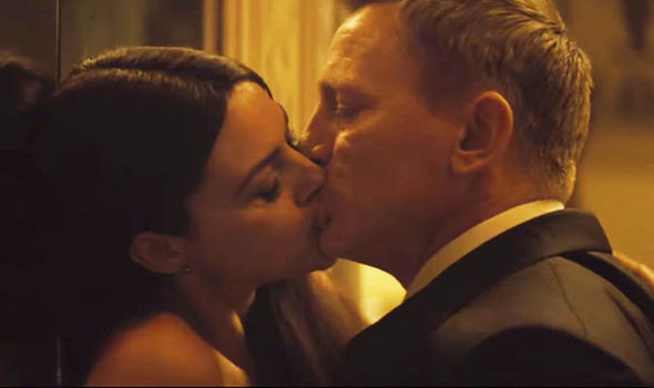 Daniel-Craig-kissing-Monica-Bellucci-360723